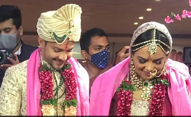 Udit Narayan dances in the baraat of Aditya Narayan-Shweta Aga